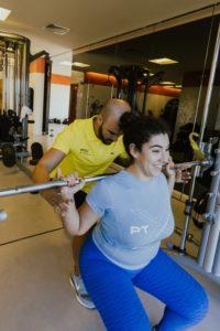 O exercício é a produção de força interna em resposta a uma força externa com um objetivo específico, devendo ser encarado como um processo, enquanto a atividade física são as tarefas que fazemos no dia a dia com um dispêndio energético acima da nossa taxa de repouso